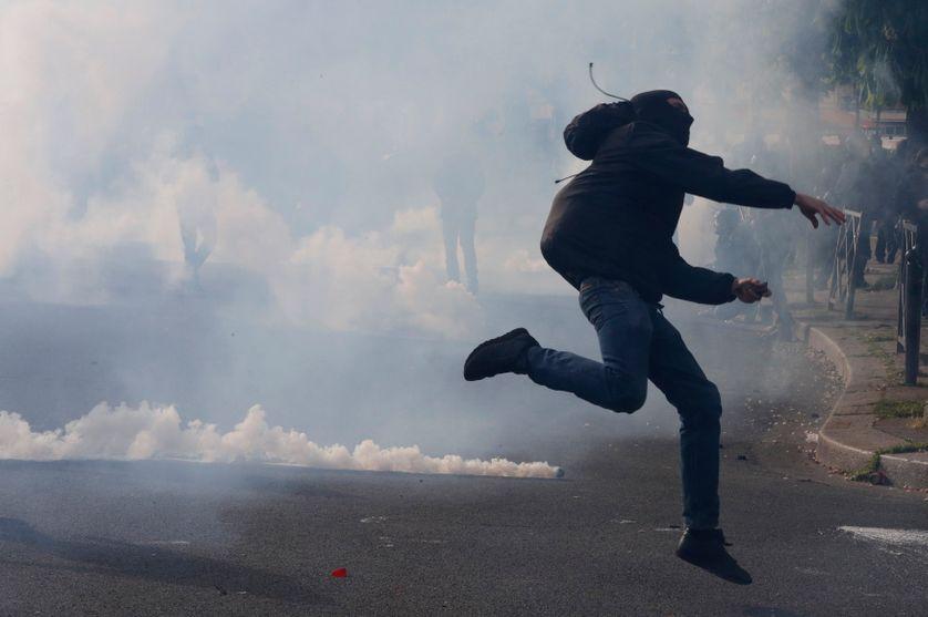 Un casseur place de la Nation en marge de la manifestation du 28 avril