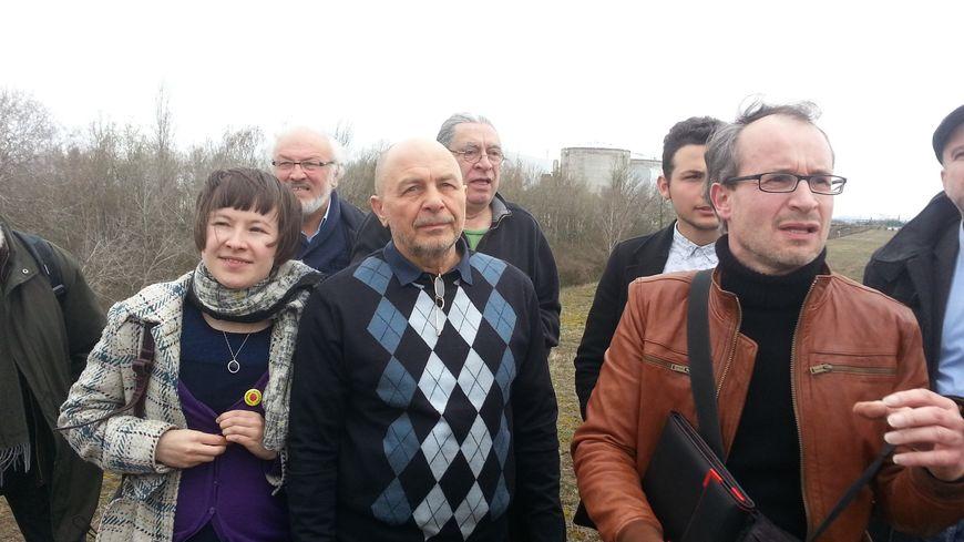 Oleg Veklenko (au centre), près de la centrale de Fessenheim
