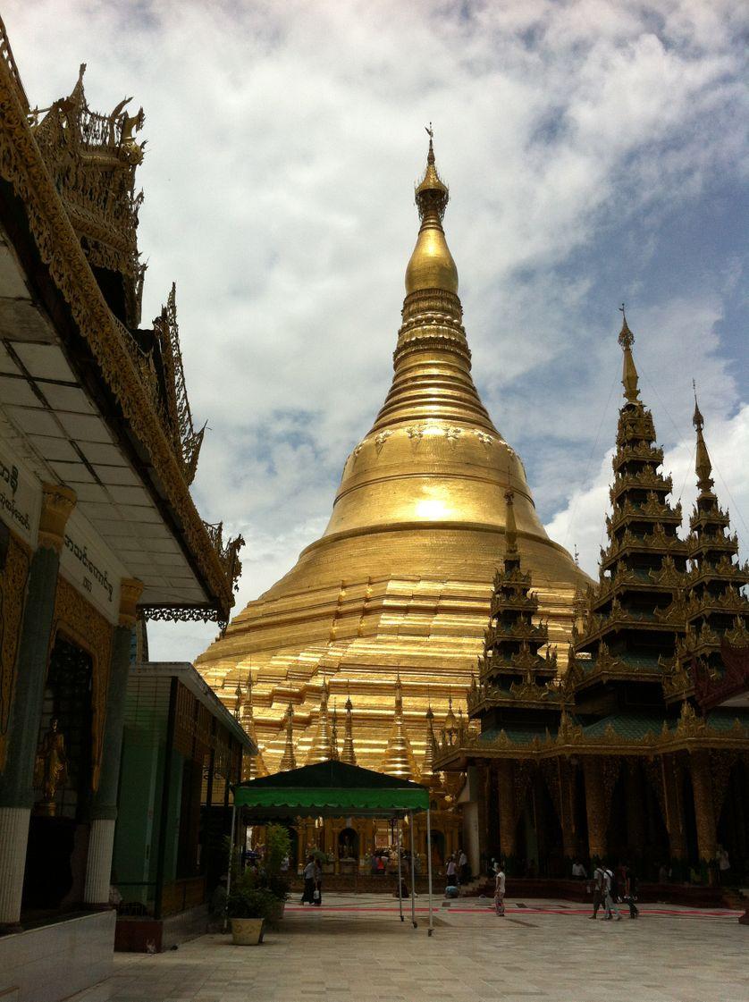 La pagode d'or Shwedagon au milieu de Rangoon