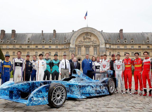 Les pilotes du championnat de Formule E devant l'hôtel des Invalides à Paris
