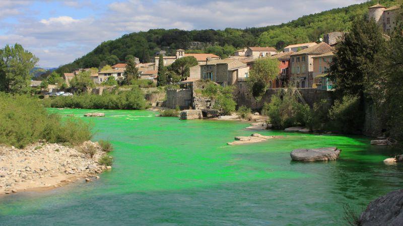 La surprenante teinte de l'Ardèche ce lundi à Vogüé