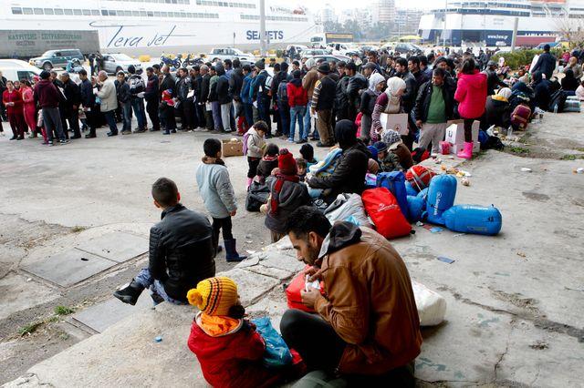 Migrants dans le port du Pirée