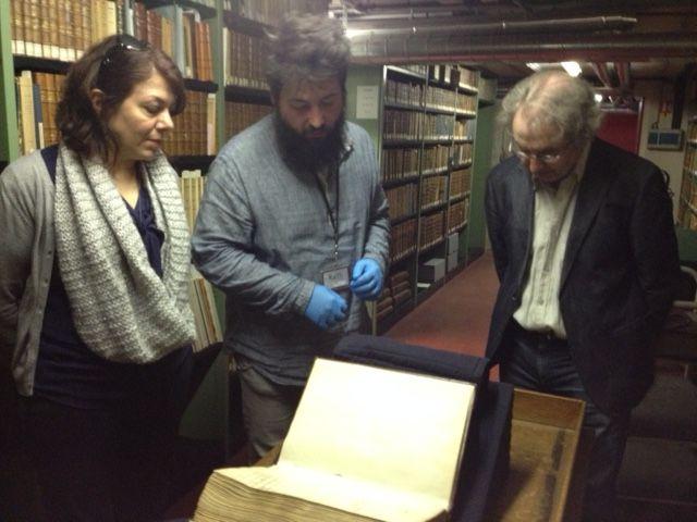 Gants stériles de rigueur pour feuilleter le précieux manuscrit!