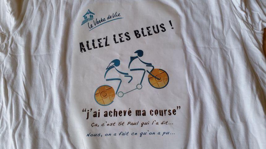 Les membres de la communauté ont fait des tee-shirt pour la course
