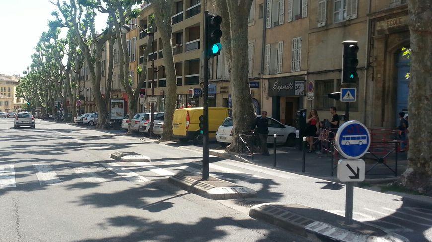 C'est contre ce feu tricolore du Cours Sextius que le motard s'est écrasé