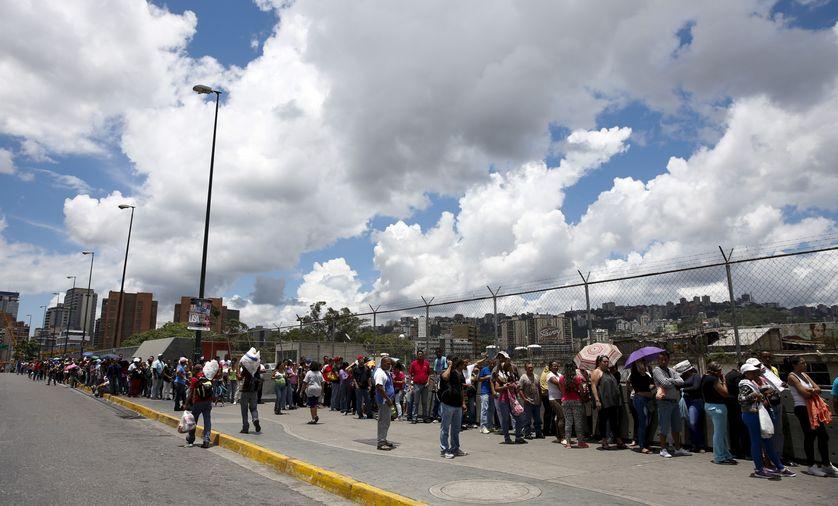 Une file d'attente pour accéder à un supermarché à Caracas, l'été dernier déjà