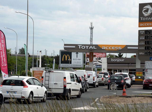 Alors que les automobilistes s'inquiètent, l'opposition critique la façon dont le gouvernement gère ce conflit.