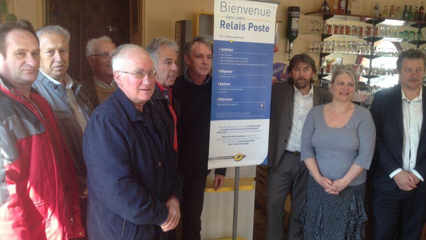 Les élus de Cressac fier du point Poste installé le bar-restaurant du village
