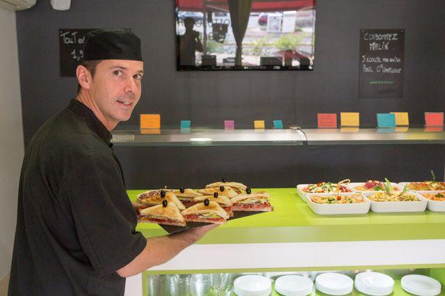Sa balance, à Montpellier, pèse les assiettes de ses clients pour lutter contre le gaspillage alimentaire.