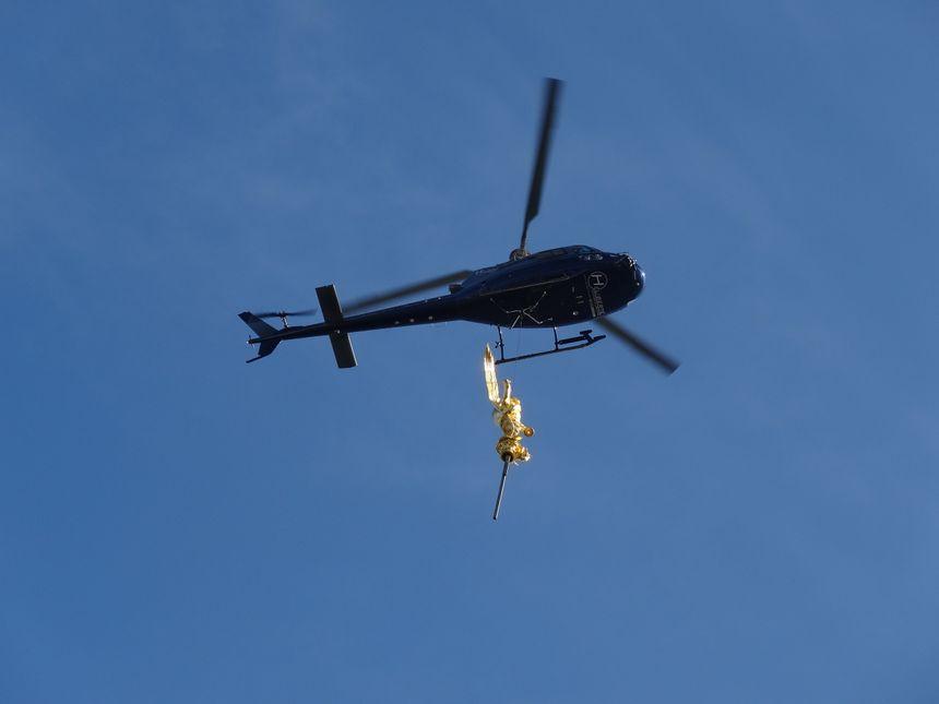 La statue de 500 Kg a été portée au sommet du Mont, à 156m, par un hélicoptère