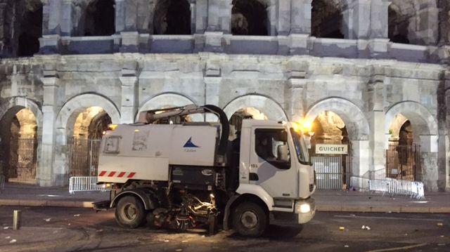 Une balayeuse devant les Arènes de Nîmes