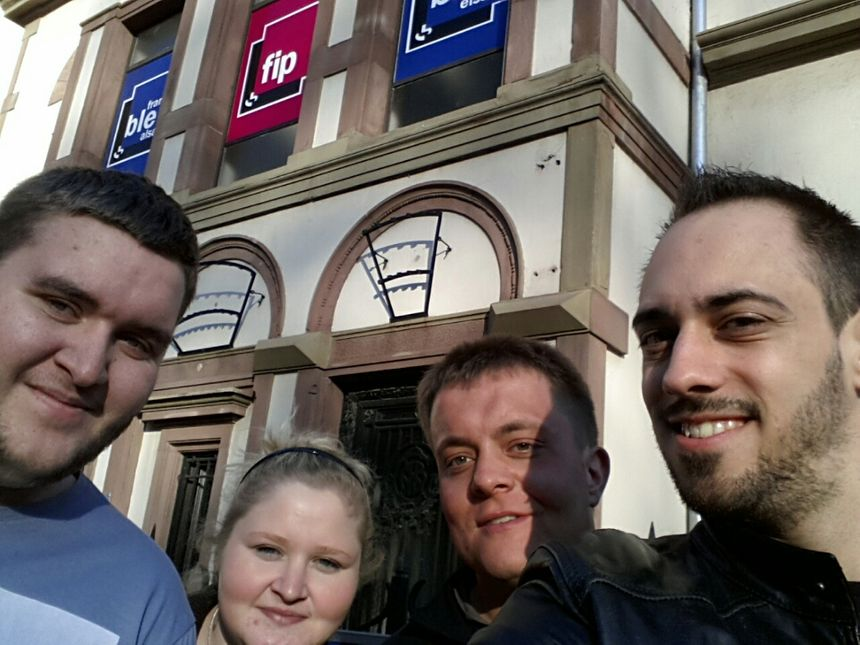 Kévin, Guillaume et Nathaliedevant la radio à  Strasbourg