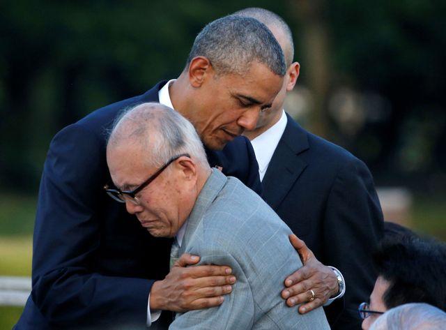 Barack Obama serre dans ses bras un survivant de la bombe atomique tombée à Hiroshima il y a 71 ans