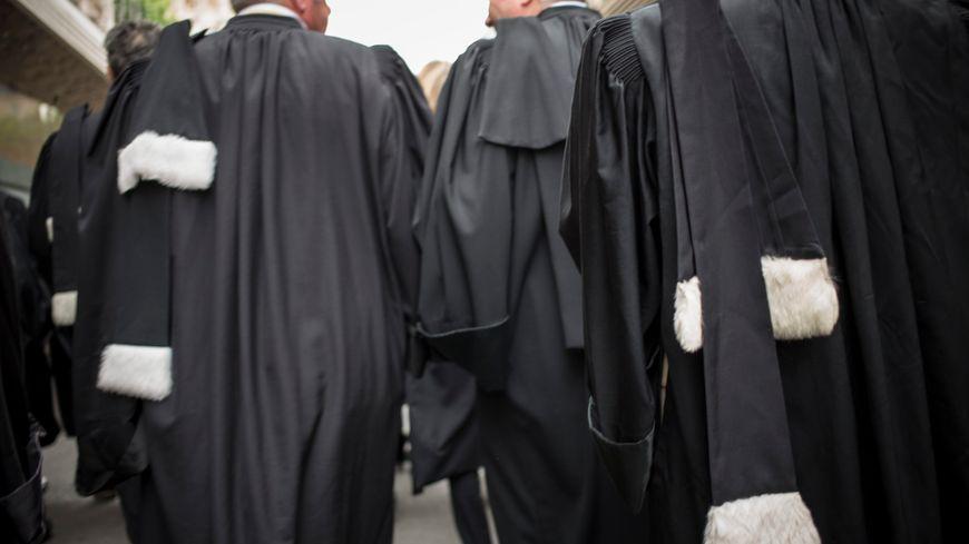 Des avocats en robe. Image d'illustration.