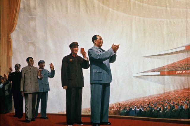 Mao et son petit livre rouge représentés devant le congrès