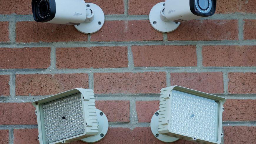 Caméra fixée sur la salle municipale de la Noë Cotté à Saint-Sébastien-sur-Loire