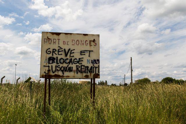 Des grévistes bloquent la raffinerie de pétrole de Donge près de Nantes pour protester contre la loi Travail du gouvernement.
