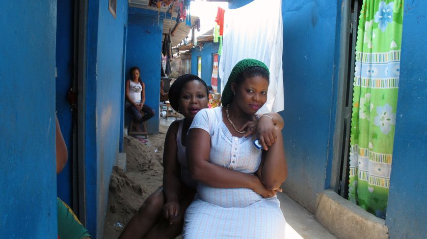 Des professionnelles dans une ruelle de Port-Bouët