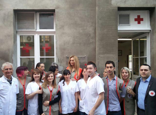 La marraine de la croix rouge avec des bénévoles dans un centre d'accueil à l'hôpital La Grave de Toulouse.