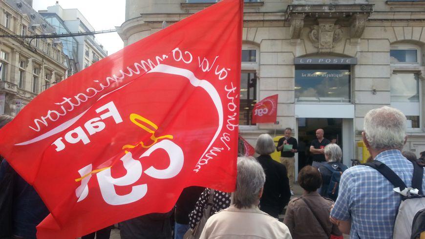 Manifestation de la CGT FAPT devant le bureau de Poste République au Mans