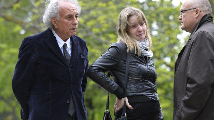 Cécile Bourgeon lors de la reconstitution avec son avocat et le procureur.