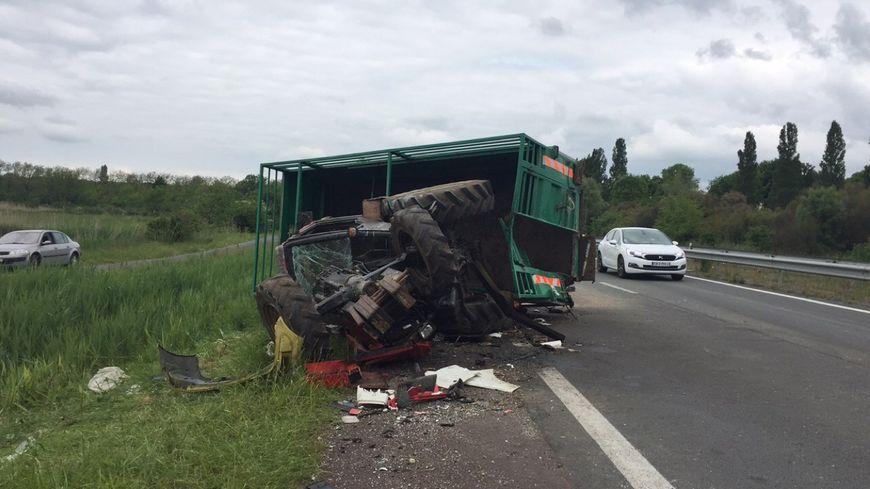 Accident entre un camion et un tracteur transportant des - Cars et les tracteurs ...