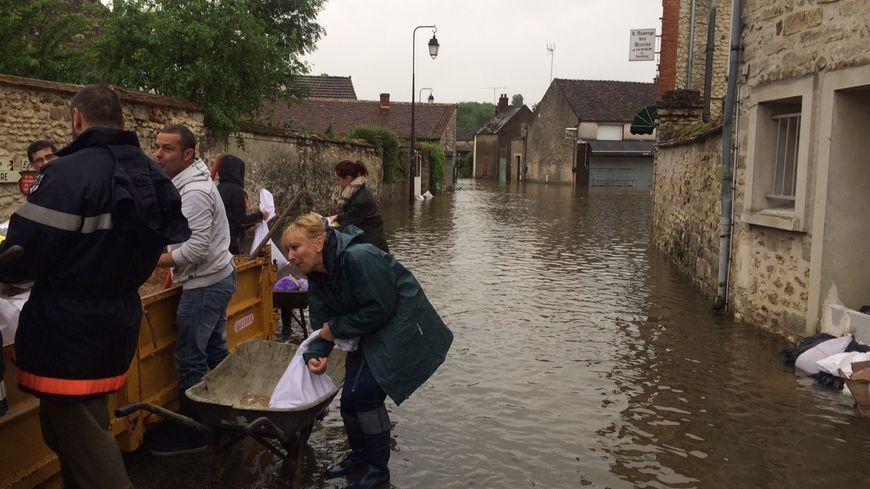 les rues de Cély-en-Bière sous les eaux