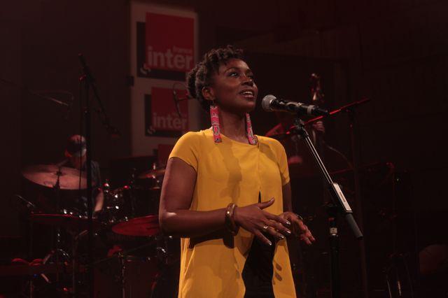 Shola Adisa-Farrar, dans Partons en live