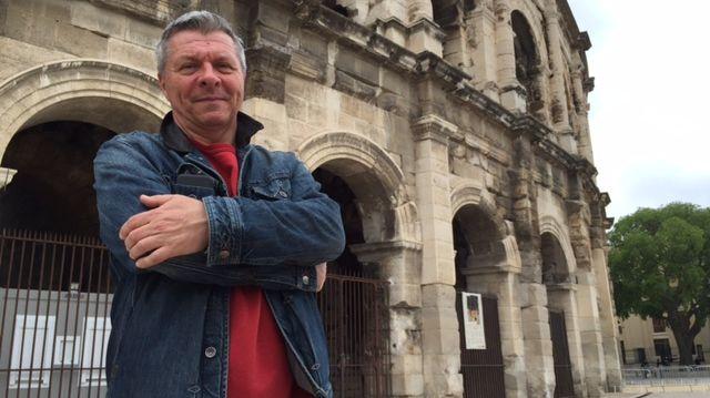 Christian Gabanon devant les arènes de Nîmes