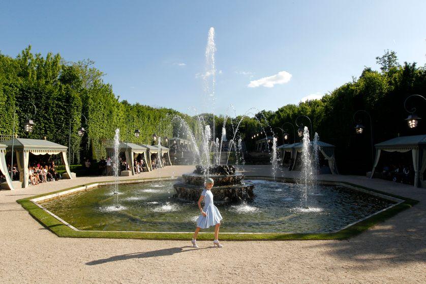 A Versailles, les jardins servent de décor à un défile des collections Lagerfeld