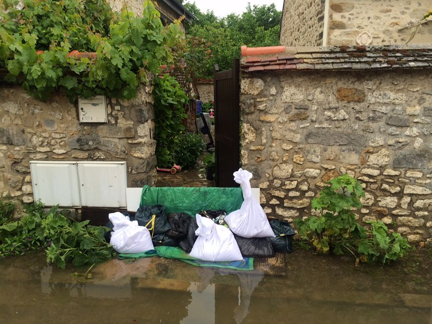 Les habitants tentent de se protéger de la montée des eaux