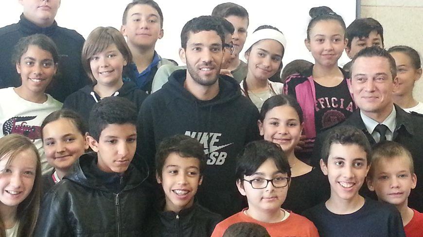 Mahiedine Mekhissi pose avec les élèves du collège Lou Blazer de Montbéliard