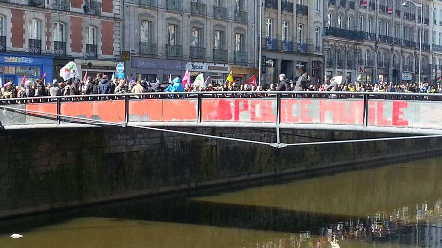 Le pont où le jeune a été blessé repeint en rouge.