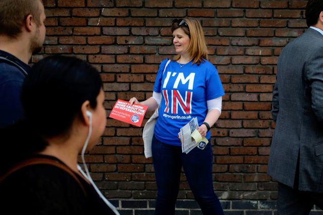 """Une militante du """"In"""" distribue des tracts dans la rue à Londres"""