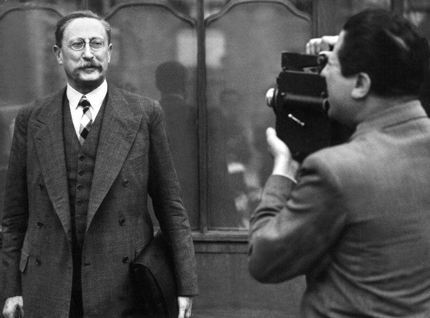 Léon Blum se fait photographier à la sortie du Conseil des ministres en 1936