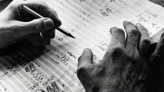 Les mains du compositeur Carl Orff sur une de ses partitions ©A.DagliOrti/GettyImages