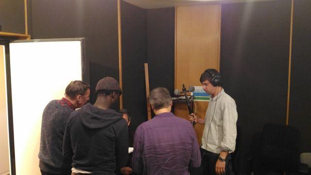 Le réalisateur et les acteurs autour de l'appareil de bruitage