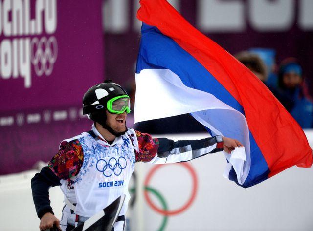 Le russe Nikolay Olyunin, gagnant de la médaille d'argent, après la finale de cross snowboard aux JO de Sotchi en février 2014