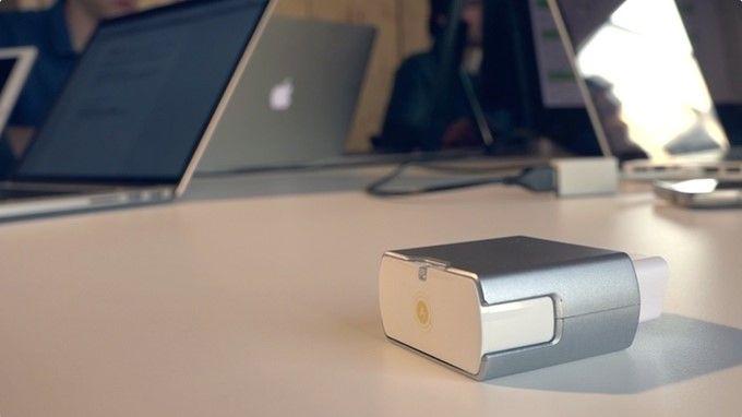 Un petit boîtier qui se branche sur la voiture comme une clé USB