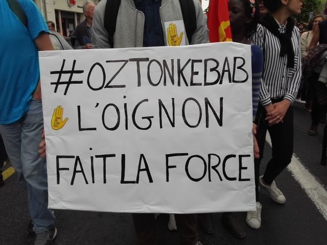 """détournement du slogan """"OZ ta droite"""" dans la manifestation de samedi"""