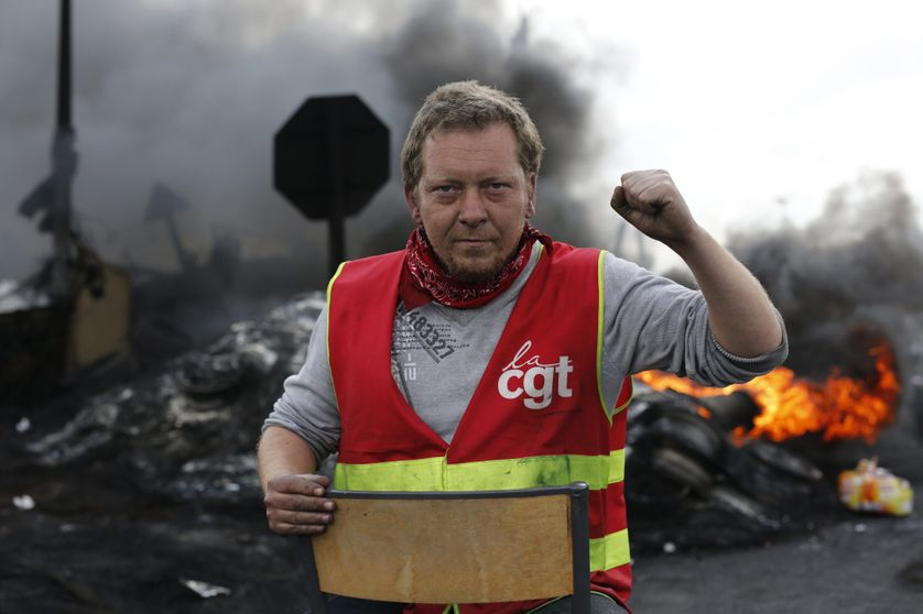 Militant CGT devant le dépôt de carburants de Douchy-les-Mines, 24 mai 2016.