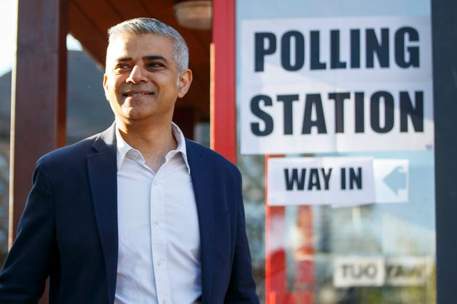 Sadiq Khan à la sortie du bureau de vote ce jeudi