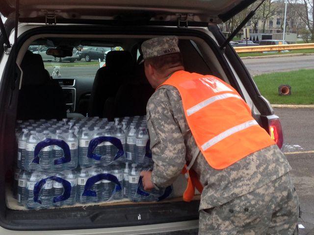 Distribution de bouteilles d'eau par la garde nationale