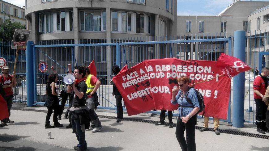 Les soutiens d'Antoine devant le palais de justice