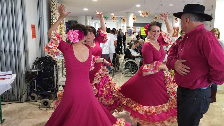 Les sevillanas dansent à Serre-Cavalier.
