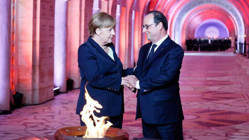 Angela Merkel et François Hollande devant la flamme de l'ossuaire de Douaumont