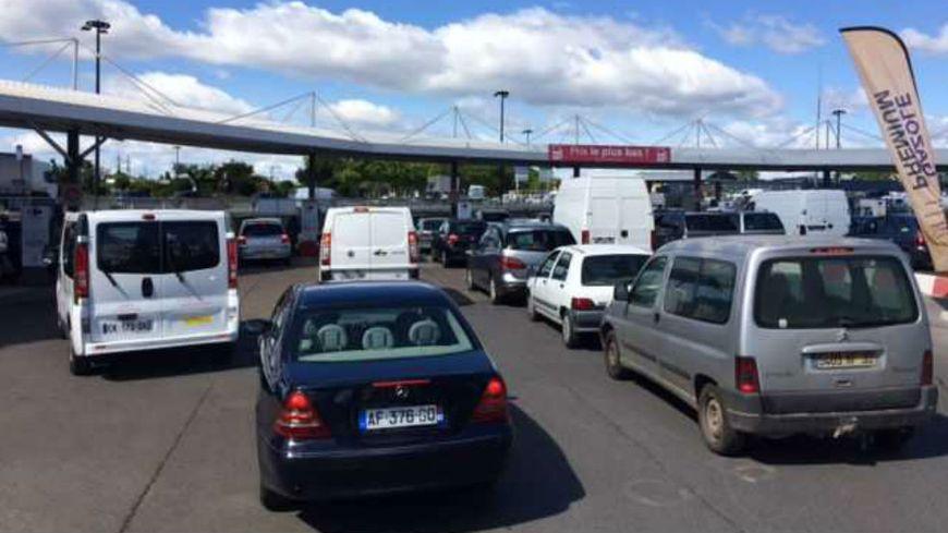 De longues files d'attente dans les stations-service du Gard