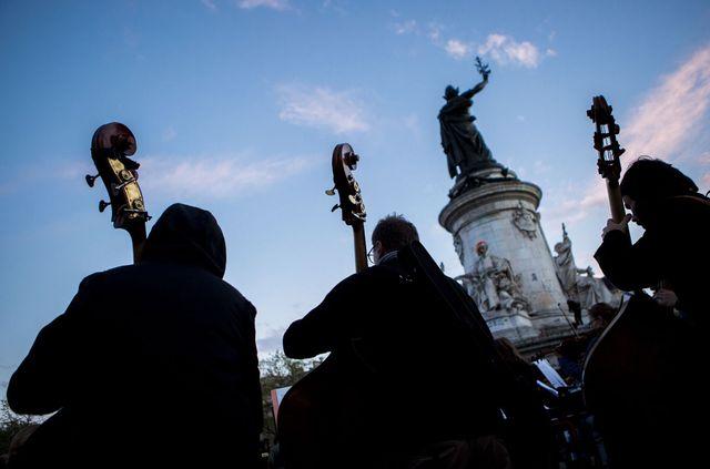 Orchestre Debout le 30 avril Place de la République