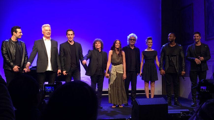La troupe 2016 de Notre-Dame de Paris autour de Luc Plamondon et R. Cocciante