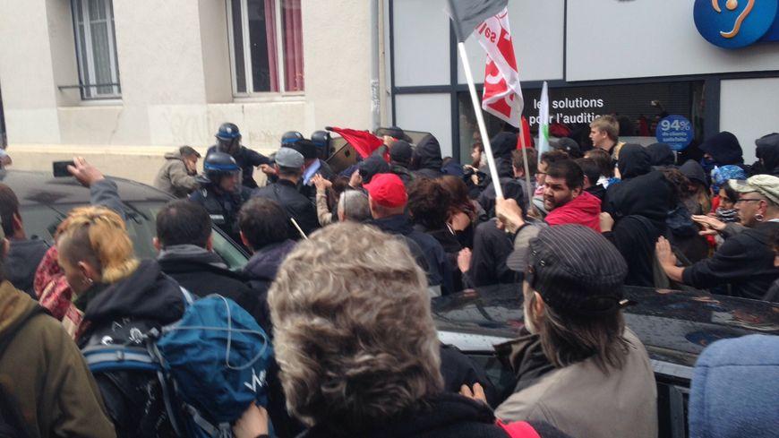 Échauffourés entre policiers et manifestants devant la permanence parlementaire